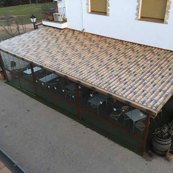 Panel sándwich teja albero en terraza de bar