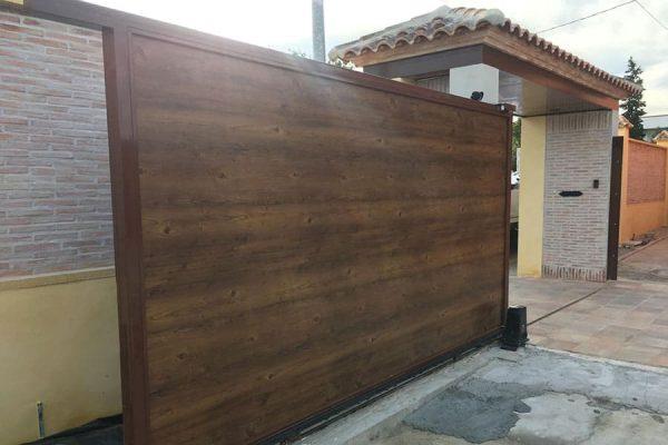 Puerta corredera de panel sándwich fachada imitación madera madera