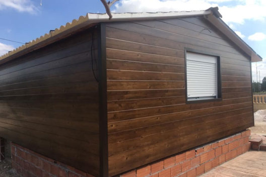 Casa de panel sándwich imitación madera en obras