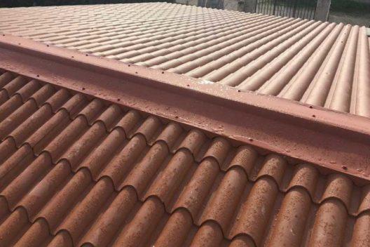 Tejado panel sándwich teja rojo lluvia