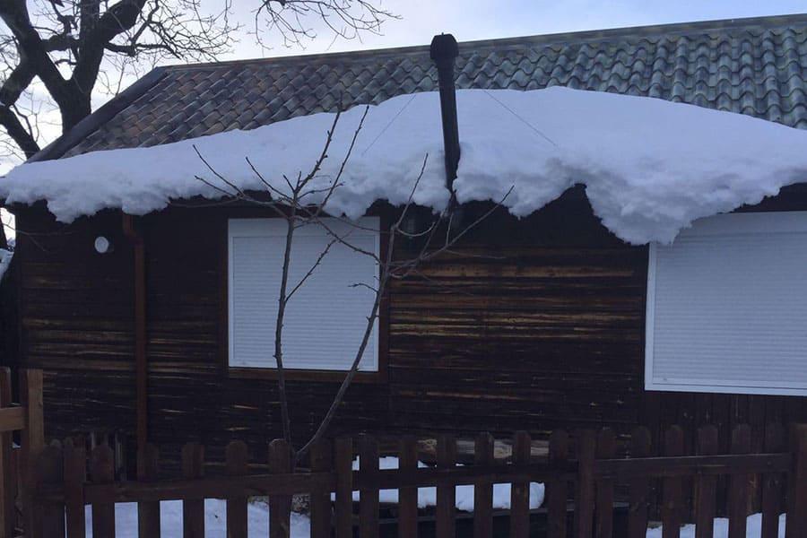 Casa de panel sandwich con nieve
