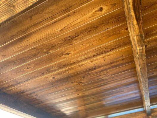 Parte interior porche de panel sandwich teja imitación madera