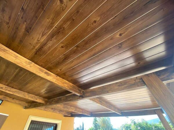 Porche de panel sandwich teja imitación madera interior