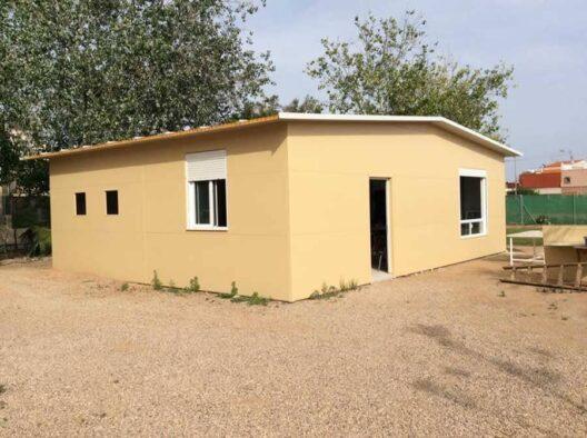 Casa en construcción de panel sandwich color beige
