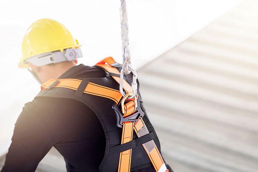 Trabajador en cubierta de chapa metálica